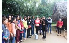 Đoàn lưu học sinh Lào thăm quê Bác