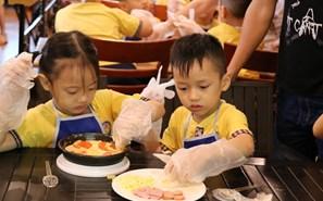Trẻ mầm non hứng thú với trải nghiệm làm bánh pizza