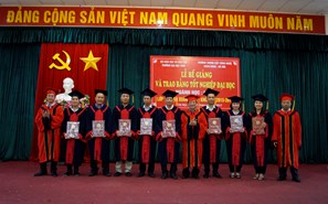 The closing Ceremony and awarding diploma for Van Xuan class (Law)