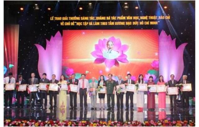 """Sách của Nhà xuất bản Đại học Vinh được trao Giải thưởng sáng tác, quảng bá tác phẩm văn học nghệ thuật, báo chí về chủ đề """"Học tập và làm theo tấm gương đạo đức Hồ Chí Minh"""" đợt II năm 2015"""