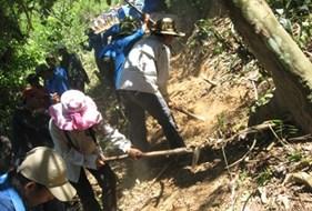 Sinh viên Đại học Vinh - Hè tình nguyện giúp xã nghèo vượt khó.